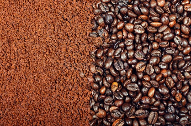 CAFÉ SOLUBLE CONTRE DES GRAINS DE CAFÉ photos stock