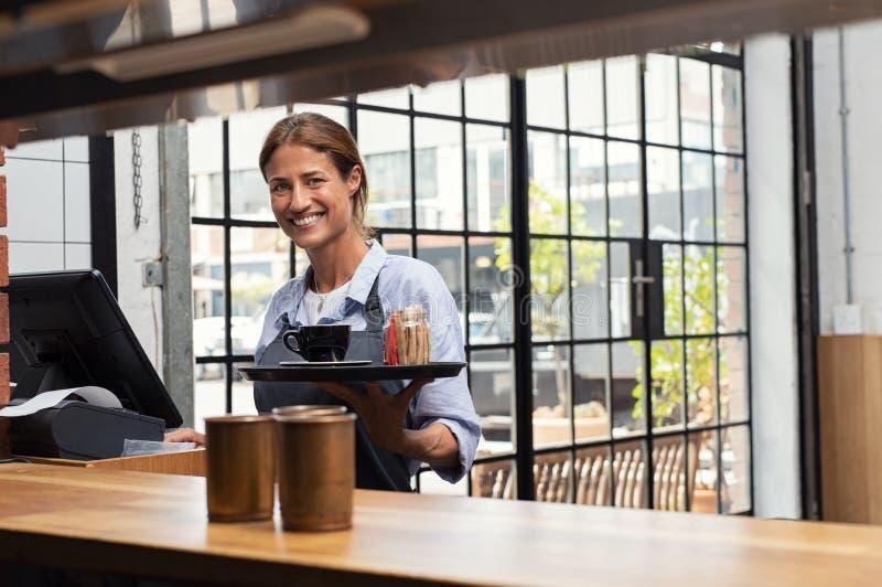 Café sonriente de la porción de la camarera imagen de archivo libre de regalías