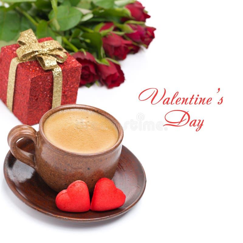 Café, sucrerie rouge, cadeau et roses pour la Saint-Valentin, d'isolement photo stock