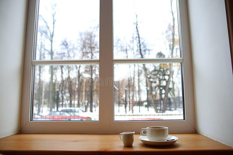 Café sur la fenêtre images libres de droits
