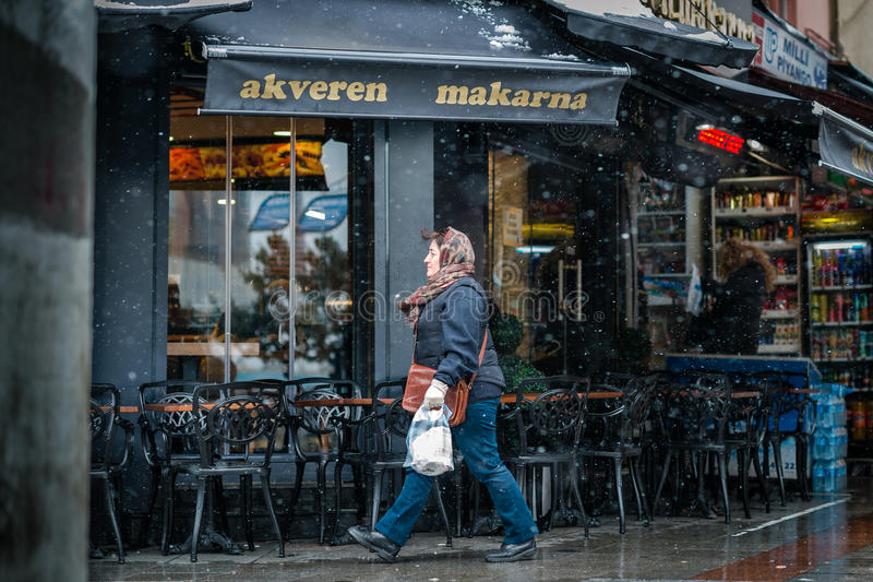 Café sur le coin de la rue en hiver dans Kadikoy, Istanbul image libre de droits