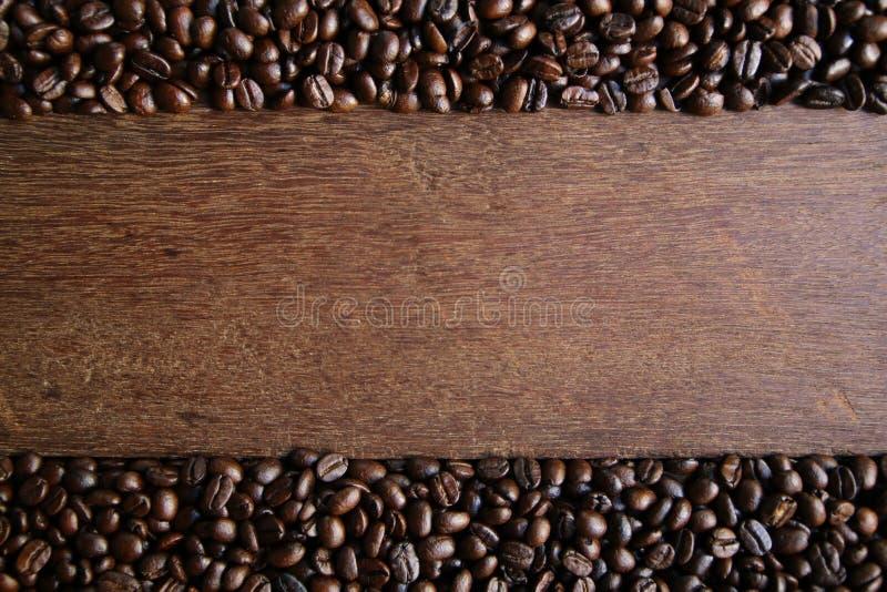 Café sur le fond en bois images stock