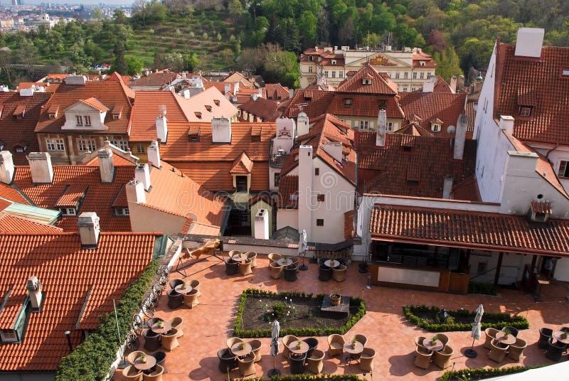 Café sur le toit à Prague Vue de ci-avant image libre de droits