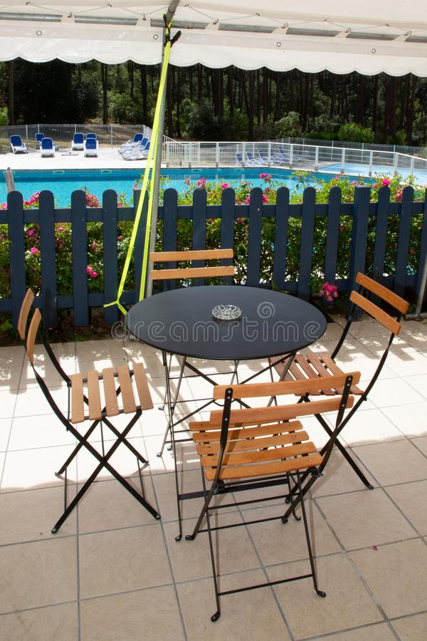 Café Swimmingpool im Freien im Strandhotelerholungsort im Carcan See in Gironde Frankreich lizenzfreies stockbild