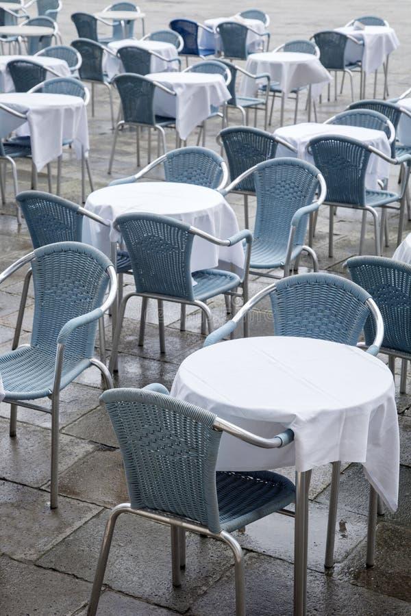 Café-Tabellen und Stühle in San Marcos - St.-Kennzeichen-Quadrat; Venedig stockfoto