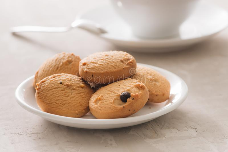 Café Tasse blanche de porcelaine du plan rapproché fraîchement brassé de vue supérieure de café disposé avec les biscuits, la cui photo stock