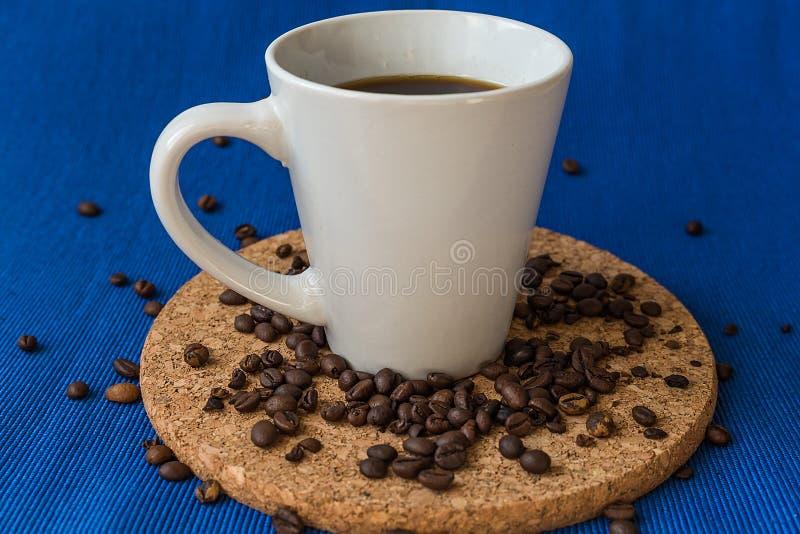 Café Tasse de café avec des grains de café Image modifiée la tonalité photo libre de droits