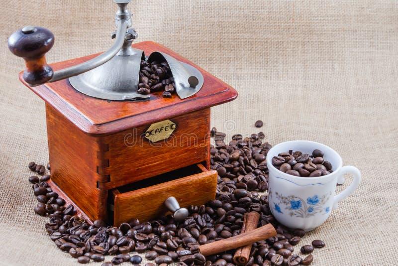 Café, taza y amoladora imagen de archivo