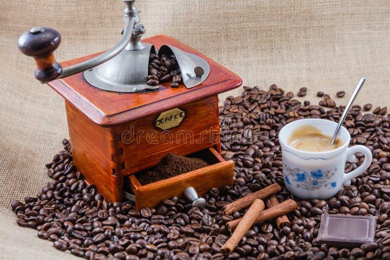 Café, taza y amoladora foto de archivo libre de regalías