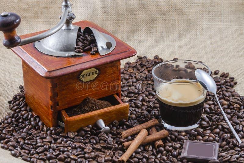 Café, taza y amoladora fotos de archivo libres de regalías