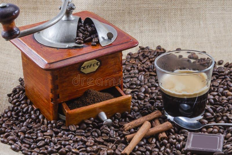 Café, taza y amoladora foto de archivo