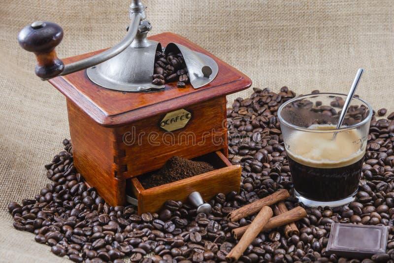 Café, taza y amoladora imágenes de archivo libres de regalías