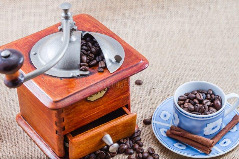 Café, taza y amoladora imagenes de archivo