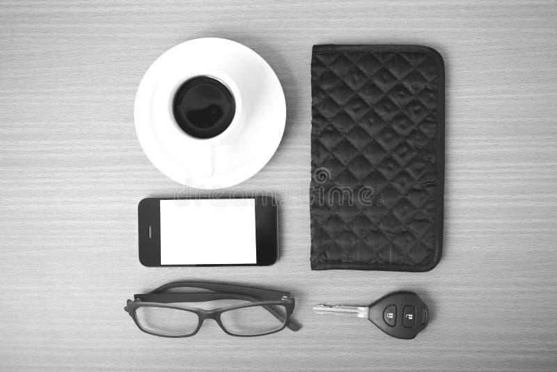 Café, telefone, chave do carro, monóculos e carteira fotos de stock