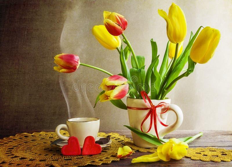 Café toujours de tasse de tulipes de bouquet de la vie image stock