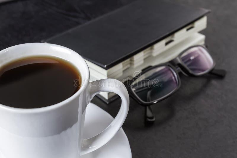 Café tout en travaillant image libre de droits