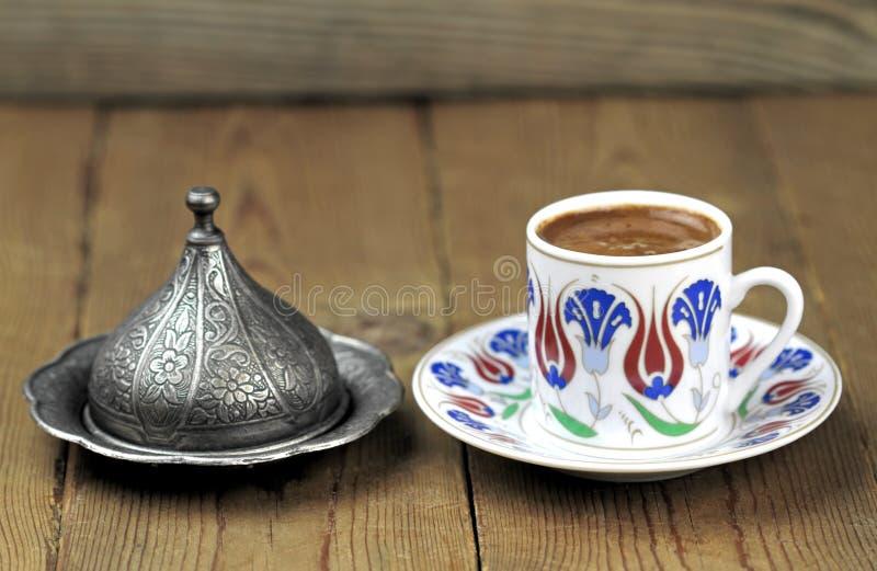 Café turc avec la tasse traditionnelle de motif de tabourets photo libre de droits