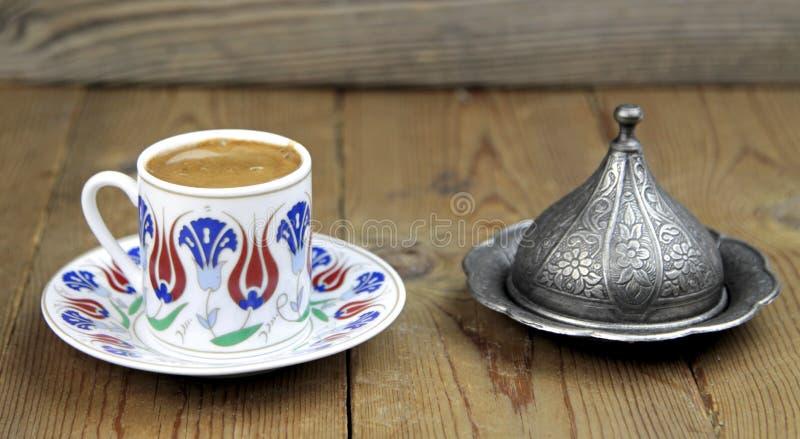 Café turc avec la tasse traditionnelle de motif de tabourets images stock