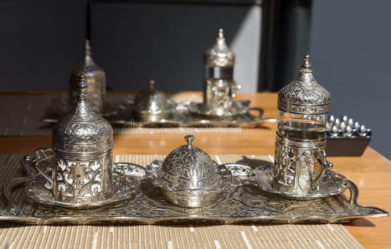 Café turc avec la vieille tasse de relief traditionnelle en métal photo stock