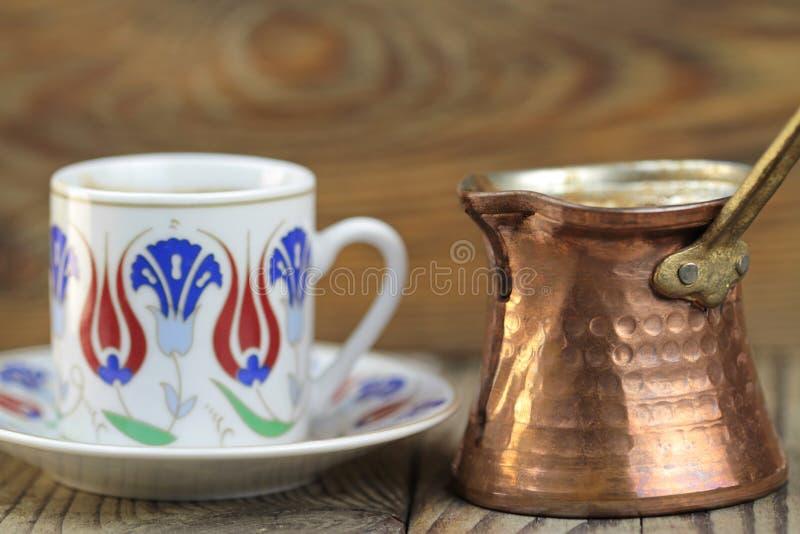 Café turc avec le pot traditionnel de coffe de tasse et d'en cuivre de motif de tabourets photo stock