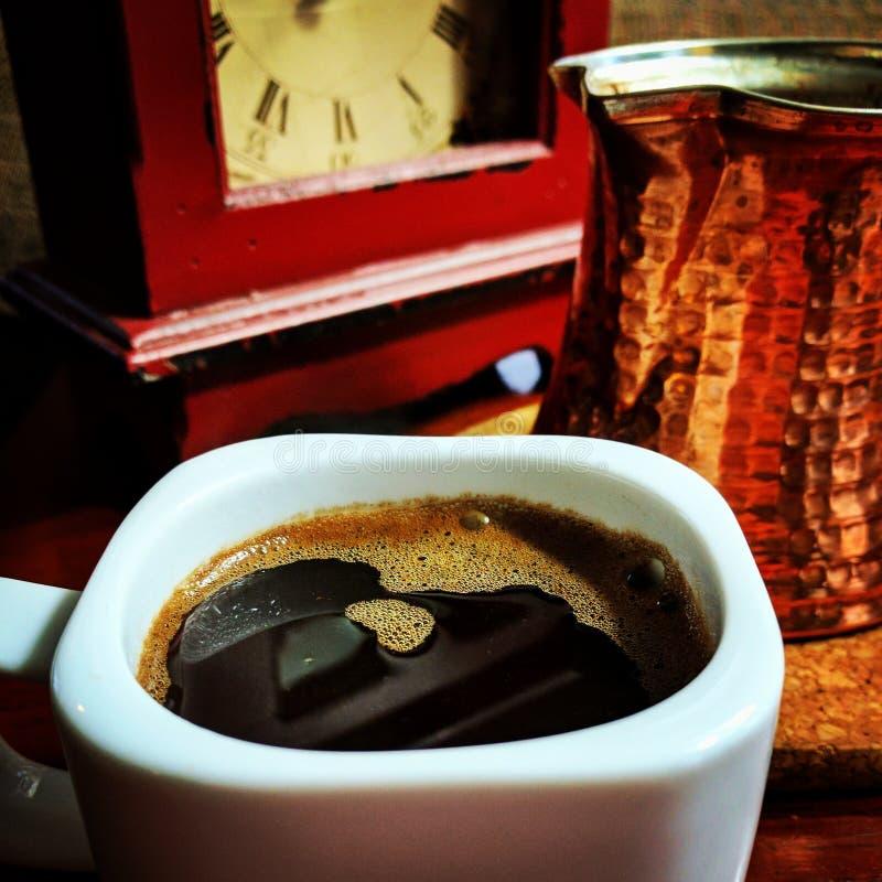 Café turc dans la tasse blanche avec le fabricant de cuivre photos libres de droits