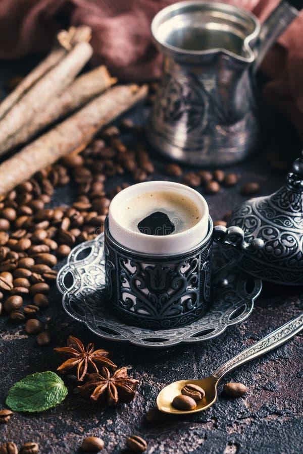 Café turc dans la tasse en métal image libre de droits