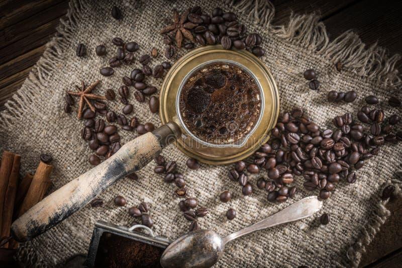 Café turc dans le pot de cuivre de coffe photos libres de droits
