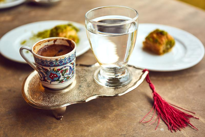 Café turc et plaisir turc avec le plateau et la tasse de relief traditionnels en métal photo libre de droits