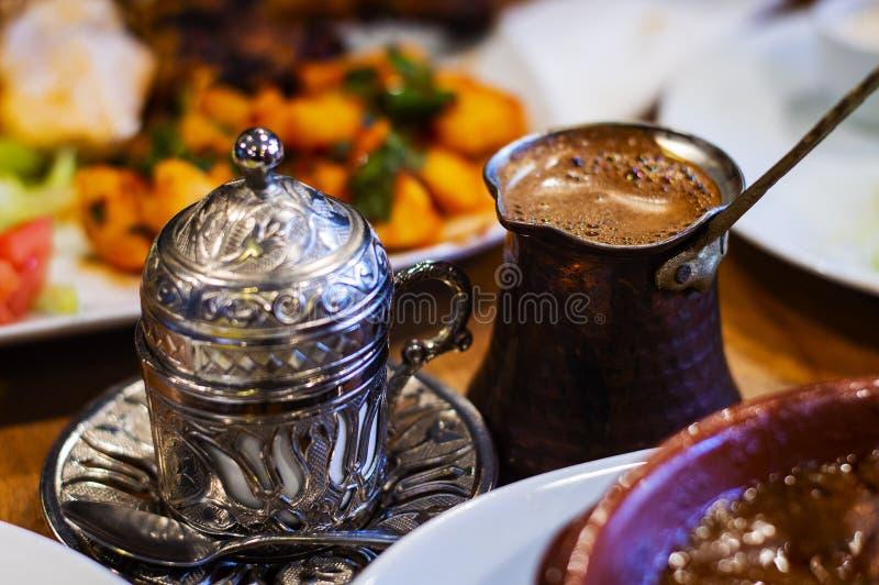 Café turc et tasse de relief traditionnelle en métal photographie stock