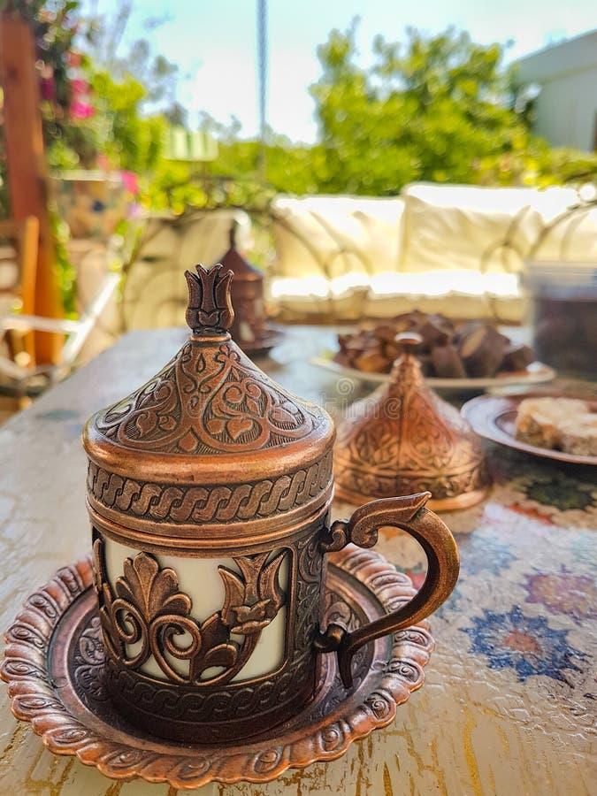 Café turc traditionnel et plaisir turc dans la Co traditionnelle photos libres de droits