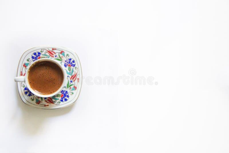 Café turco aislado, taza de café turco, de café tradicional, de fondo blanco, de café turco y de área en blanco fotos de archivo