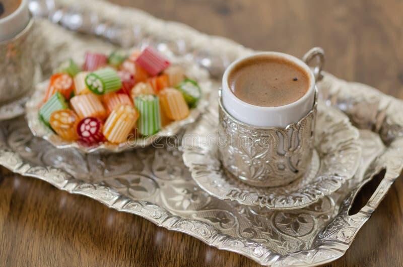 Café turco com espuma na cobre-placa fotografia de stock