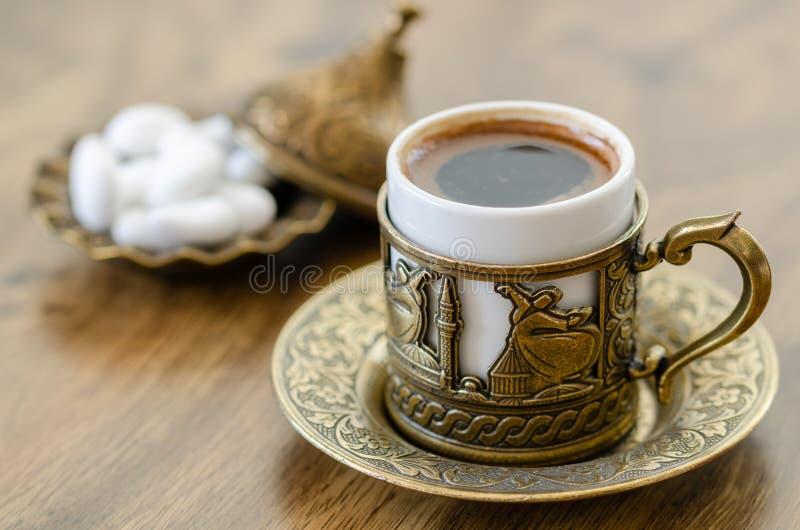 Café turco com os doces na cobre-placa foto de stock