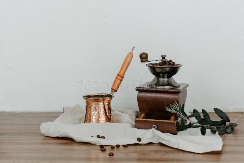 Café turco fresco en un cobre en escena rural imagen de archivo libre de regalías