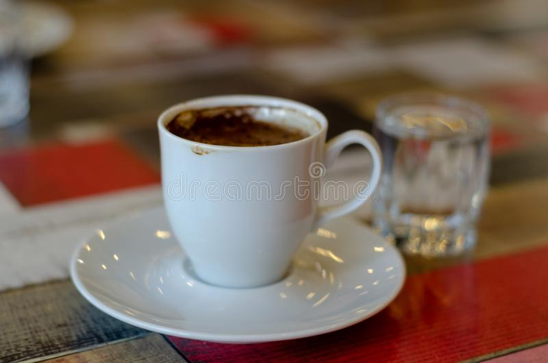 Café turco na tabela de madeira colorida fotografia de stock royalty free