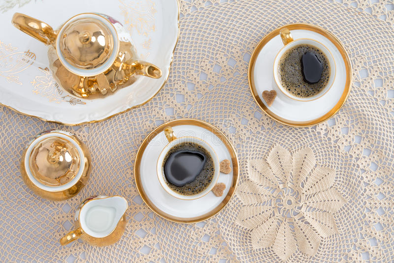 Café turco para dois na tabela branca elegante fotografia de stock royalty free