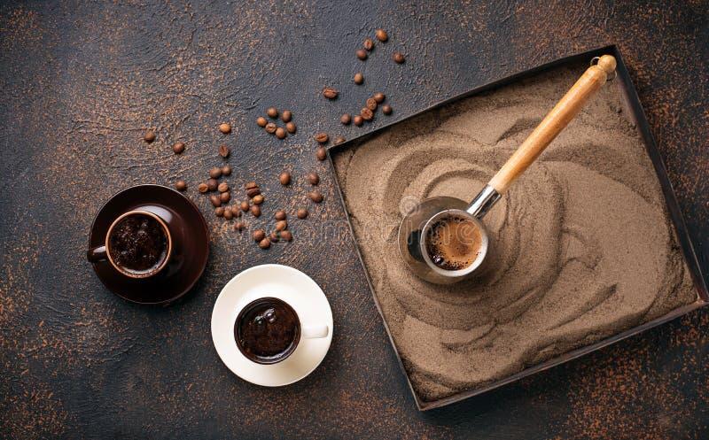 Café turco tradicional preparado na areia quente fotografia de stock