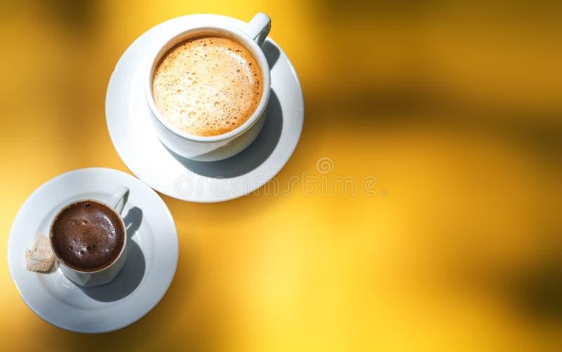 Café turco y café en la tierra amarilla imagen de archivo