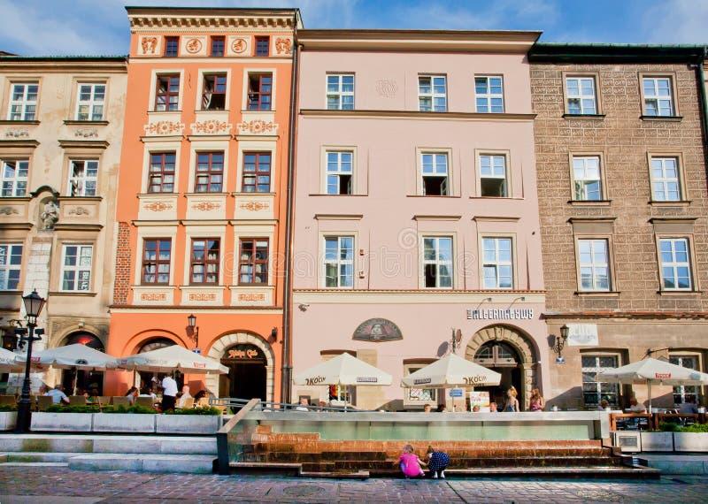 Café u. Restaurants im Freien arbeitet nahe den bunten historischen Gebäuden stockbild