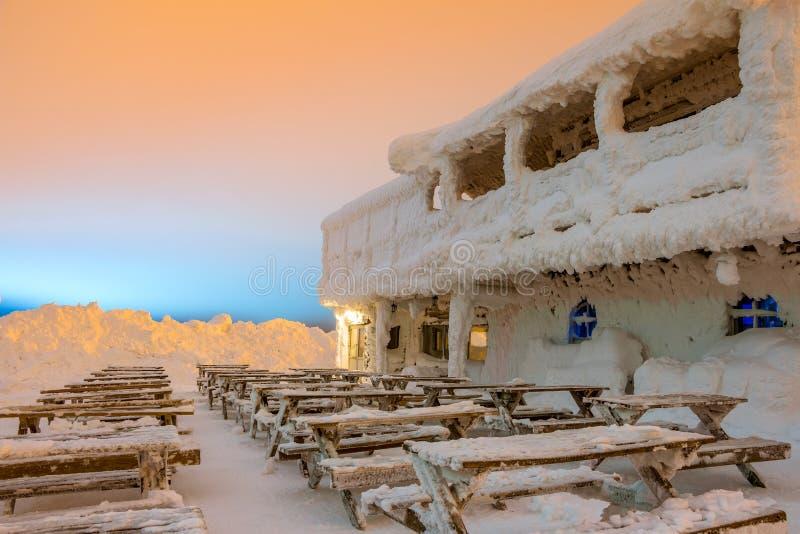 Café vacío en el centro turístico del invierno foto de archivo