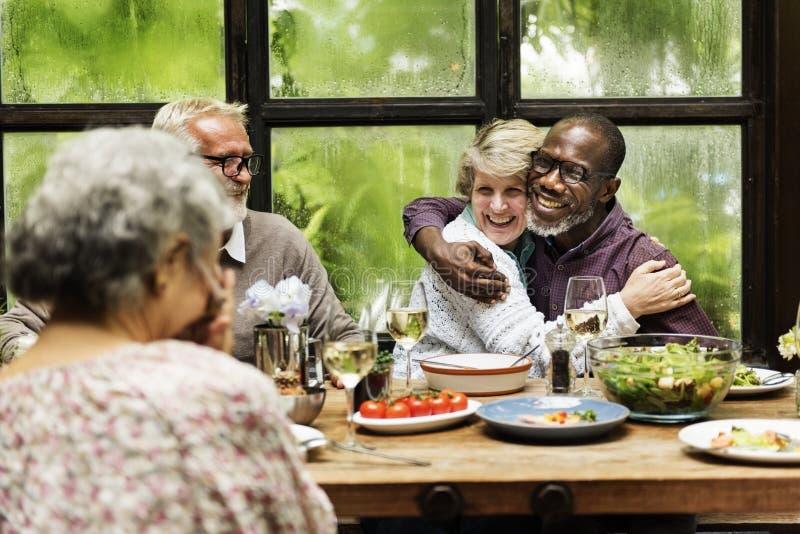 Café-verschiedenes zufälliges Freundschafts-Entspannungs-Gruppen-Konzept lizenzfreies stockfoto