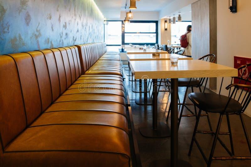Café vide avec le grand sofa de chaise en cuir photo libre de droits