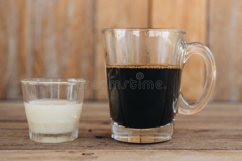 Caf? vietnamiano tradicional do leite no fundo de madeira imagem de stock