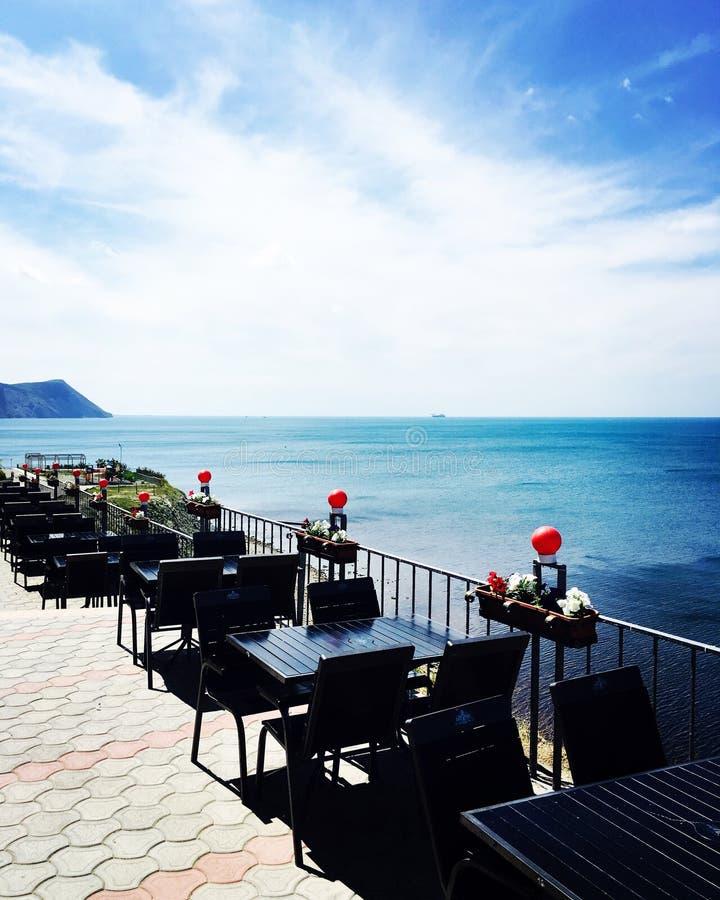 Café, welches das Meer übersieht lizenzfreie stockbilder