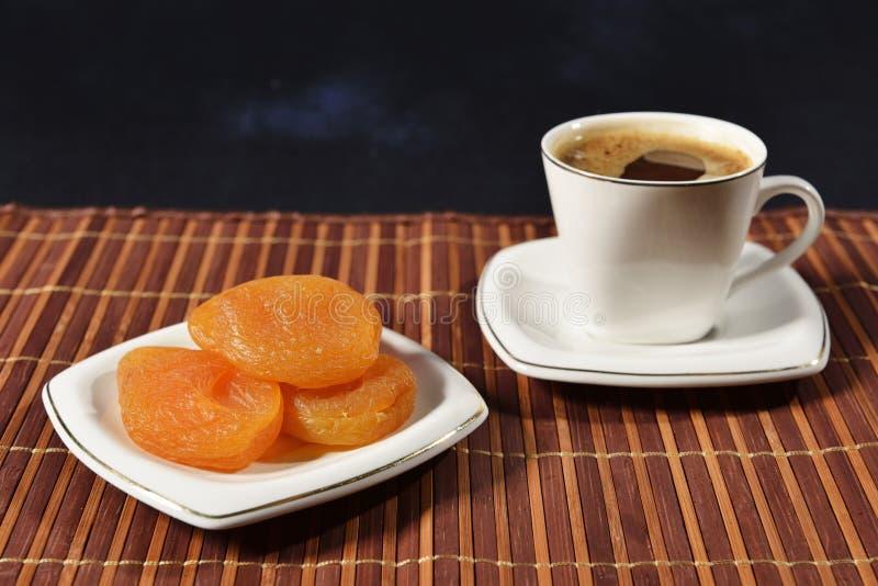 Café y albaricoques secados fotografía de archivo