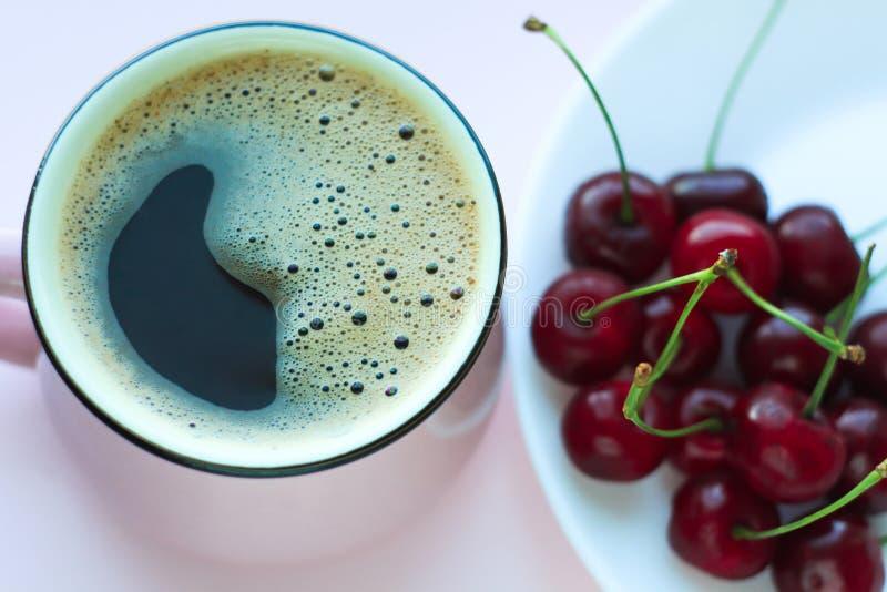 Café y cerezas, concepto minimalistic de la comida Visi?n superior, espacio de la copia fotografía de archivo libre de regalías