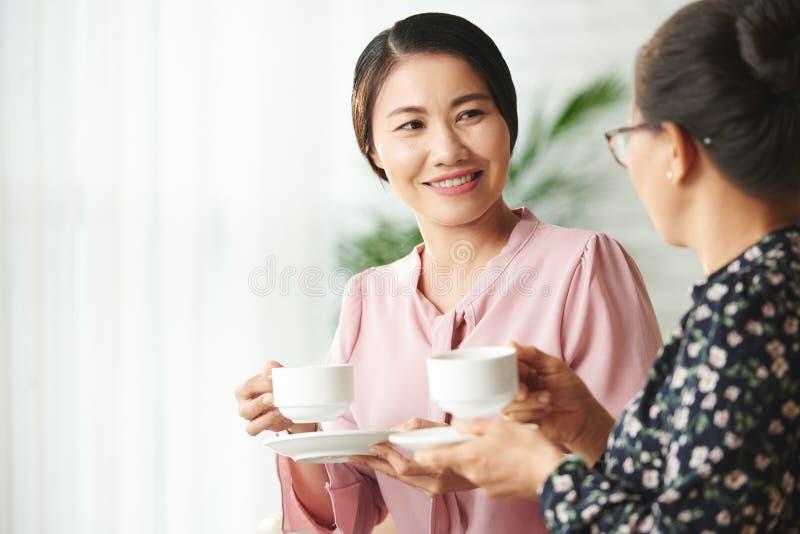Café y charla con la madre fotos de archivo libres de regalías