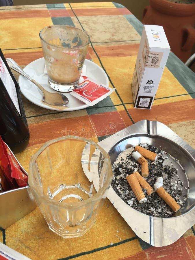 Café y cigarrillos imagenes de archivo