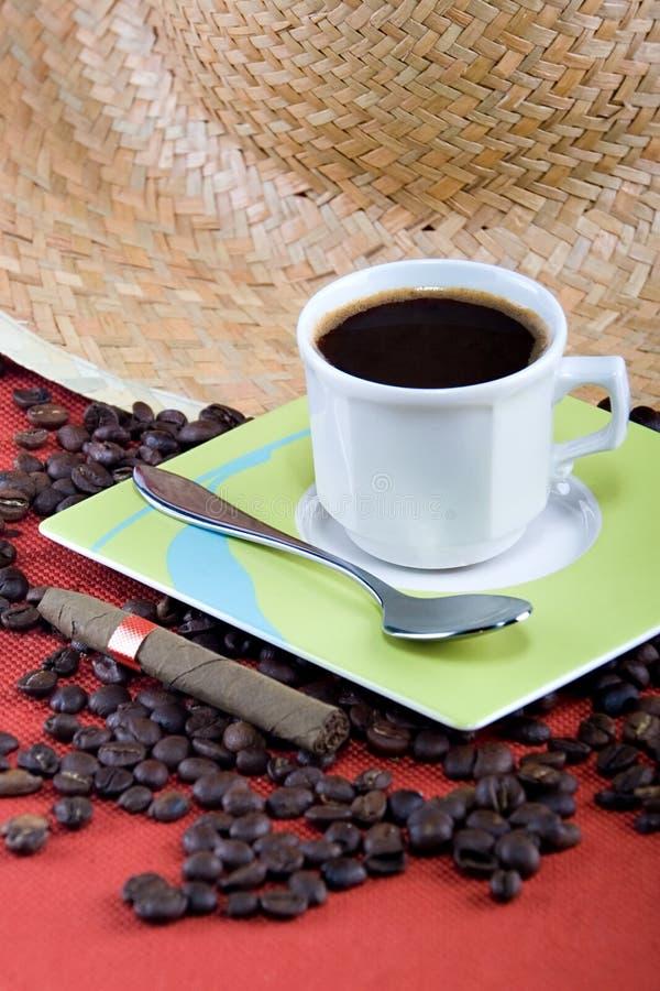 Café y cigarro imagen de archivo libre de regalías
