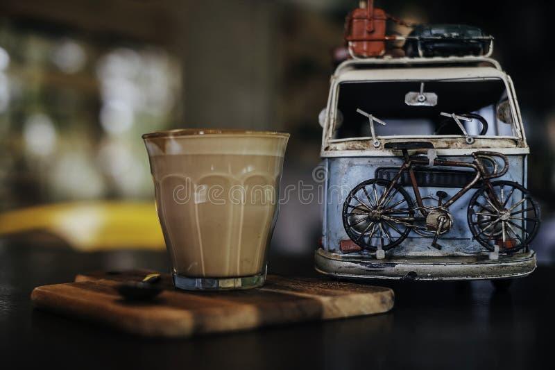 Café y coche foto de archivo